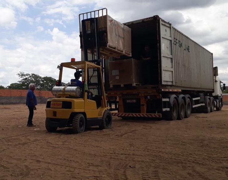 Os equipamentos chegam de container.